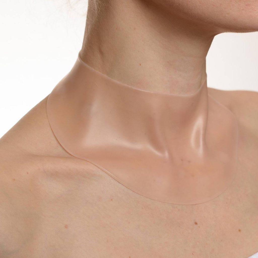 Eindelijk een innovatief product die ook daadwerkelijk werkt tegen hals -en decolletérimpeltjes. Net nieuw in Nederland en al bij ons verkrijgbaar. Bent u een zij slaper? Dan kent u zeker het gevoel dat er geleidelijk aan decolletérimpeltjes aan het ontstaan zijn of reeds bestaande rimpeltjes dag na dag dieper worden. -Zou het niet heerlijk zijn om 's ochtends met een rimpelvrije decolleté wakker te worden? -Met een goed gehydrateerde huid vol jeugdige frisheid? -Zonder lelijke rimpels die onvermijdelijk zijn bij vrouwen die op hun zij slapen? Het Duitse bedrijf Silinova® heeft dankzij jarenlange processen van productontwikkeling een unieke verzorgingsset gemaakt van YOUTHagain met een ongeëvenaard effect tegen de typische slaaprimpels. De innovatieve verzorgings- en herstelcombinatie geeft uw huid opnieuw een onverwachte gladheid. Volledig onschadelijk en gemakkelijk in gebruik – met een overtuigend effect: YOUTHagain® maakt ook uw decolleté snel en blijvend glad. U zult al na de eerste nacht verwonderd zijn van het resultaat. De pad behoudt haar zelfklevende vermogen tot wel 6 maanden. Bel voor meer informatie: 0495 453330